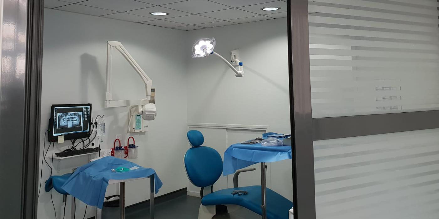 Le bloc chirurgical permet la réalisation d'actes chirurgicaux avancés dans des conditions d'asepsie conformes.